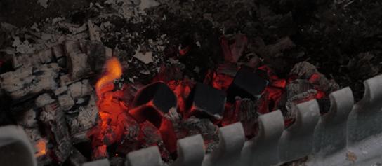 Rozpaľovanie prírodného uhlia na ohni